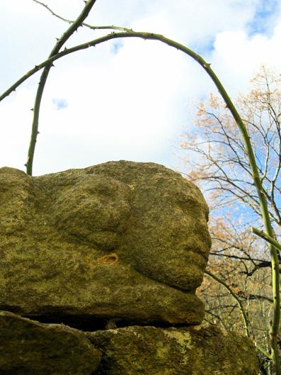 "Odile Rivière, ""Têtes"", granit, 2001"