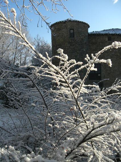 Jardins du Château du Pin sous la neige. La tour Ouest.