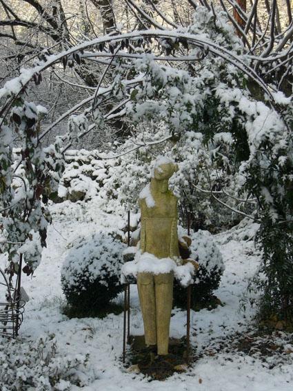 Jardins du Château du Pin sous la neige. Sculpture de Martine Diersé dans le Jardin des Ecuries brûlées.
