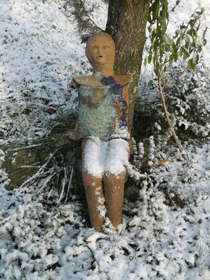 Jardins du Château du Pin sous la neige. Sculpture de Martine Diersé.