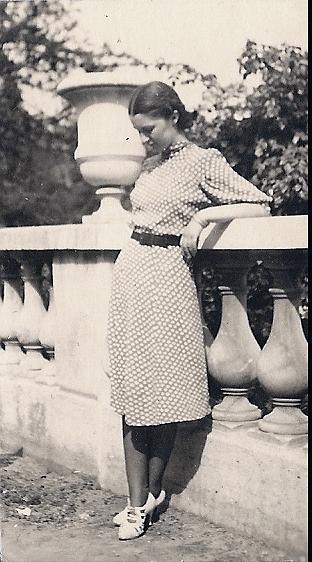 Colette Bonzo à 20 ans dans les Jardins du Luxembourg, à Paris (photo Jean-Pierre Cambier).