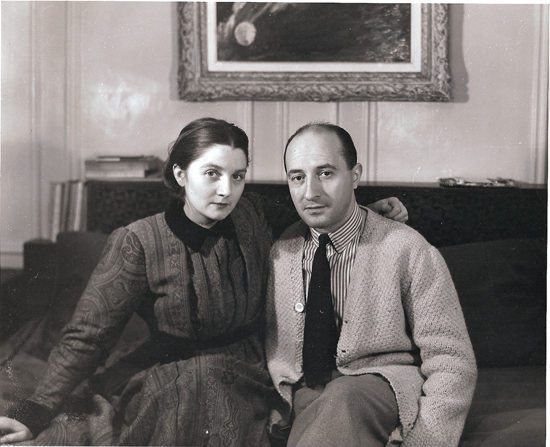 Colette Bonzo et son mari Elie Bontzolakis en 1947 dans leur appartement de la rue Richer, à Paris (Photo Cauvin).