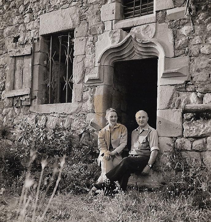 Avec son mari, au Château du Pin en 1959.