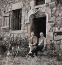 Colette Bonzo et son mari Elie Bontzolakis en 1959 devant le Château du Pin (photo Jean-Pierre Cambier).