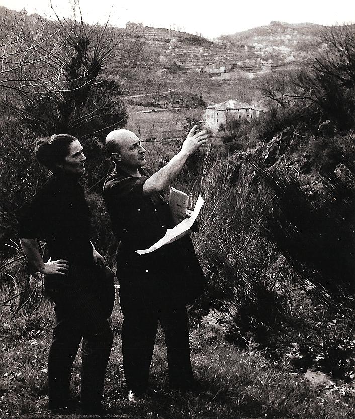 Avec son mari sur les collines de Fabras. Au fond, le Château du Pin.