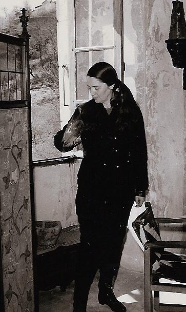 Colette Bonzo et Basile dans la galerie du Château du Pin en 1960 (Photo Dauphiné Libéré)