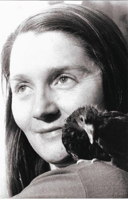 Colette Bonzo et Basile, pigeonneau apprivoisé, à Paris, en 1960 (Photo Jean-Pierre Cambier)