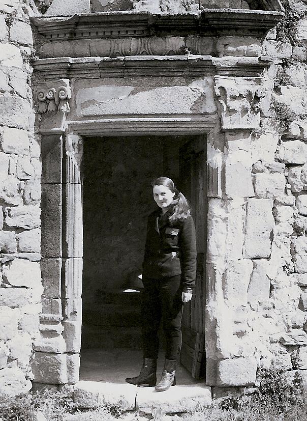 Devant la porte Renaissance du Château du Pin en 1960.
